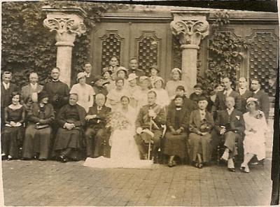 Boda de Luis Alonso Iñarra y Conchita de la Ballina Cazcarro. A la derecha de Luis, su madre Maria Iñarra Dolagaray