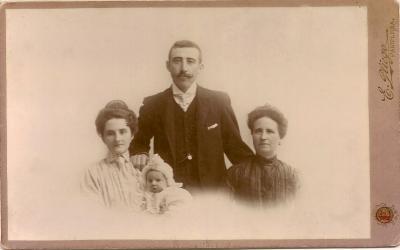 En pie, Emilio Alonso Perez; de izda a dcha: María Iñarra Dolagaray, Luis Alonso, Amalia Perez